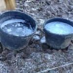 Fryste vannbøtter kan gi lite tilgang på vann på vinteren.